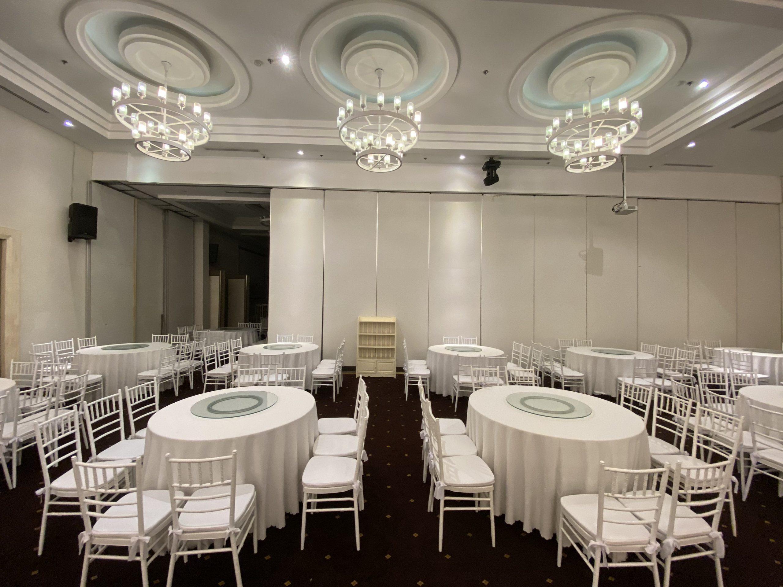 Ghế Chiavari trong không gian nhà hàng tiệc cưới
